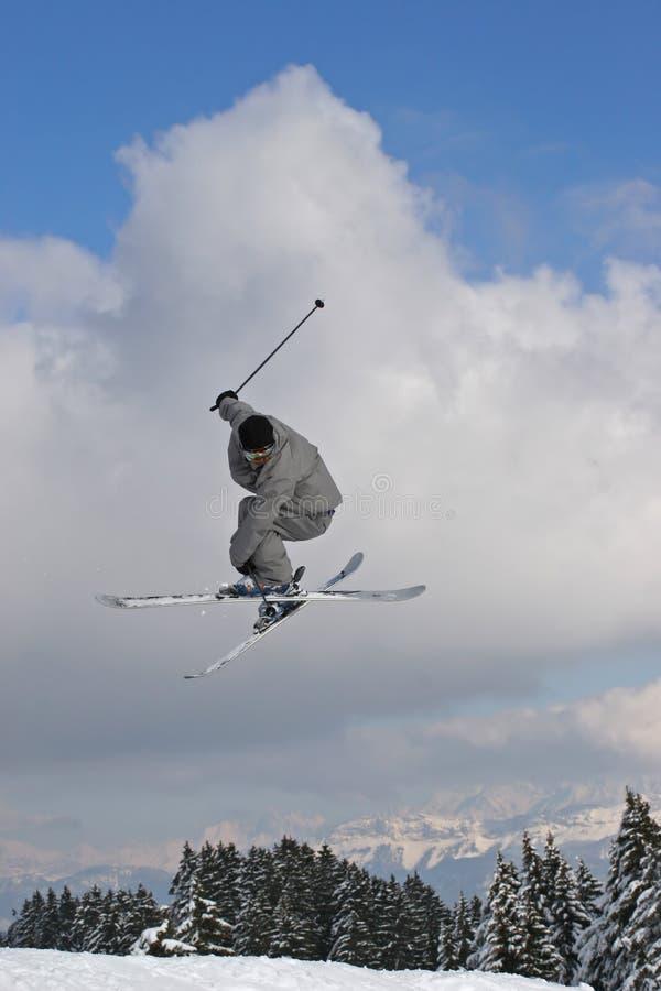 Springen Sie mit Ski stockfotos