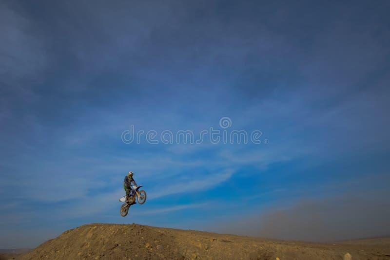 Springen Sie Motorradfahrer, Motocross lizenzfreie stockfotos