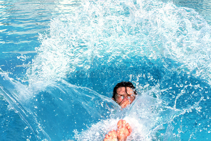 Springen Sie, Pool spritzend lizenzfreies stockbild