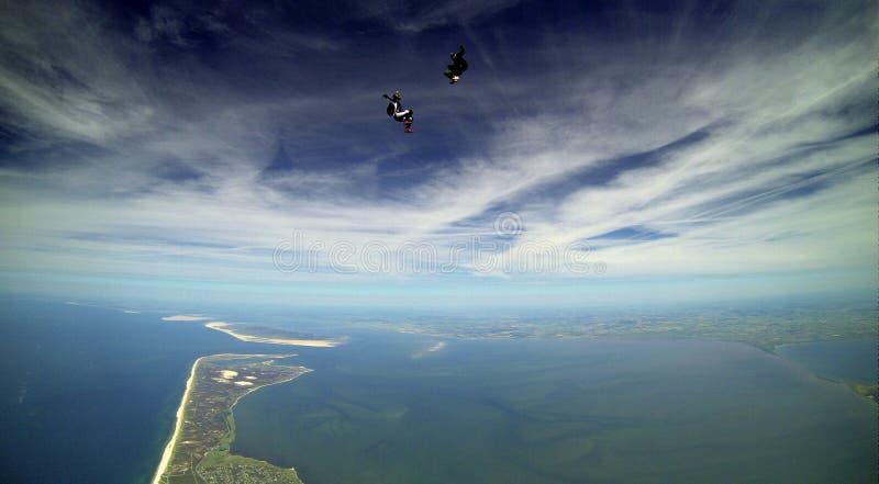 Springen Sie Schuss mit breiter Ansicht über eine Insel im freien Fall lizenzfreies stockbild
