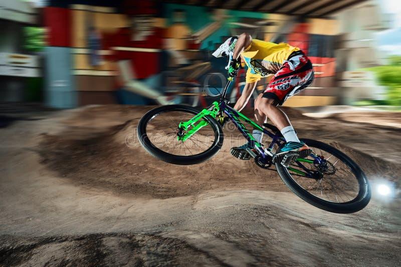 Springen Sie und fliegen Sie auf eine Mountainbike auf einer Pumpenbahn lizenzfreies stockbild