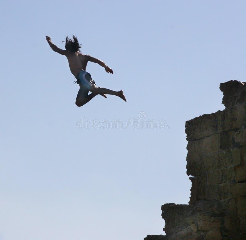 Springen Sie in Wasser von einem Felsen. lizenzfreie stockfotografie