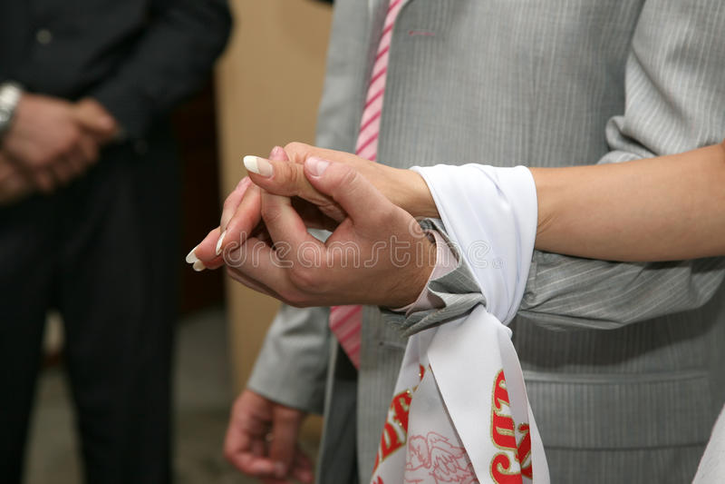 Springen Sie zusammen Heiratshandtuchbraut und -bräutigam stockbilder