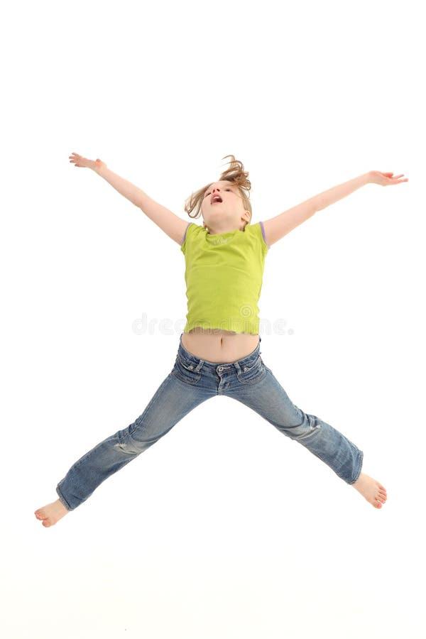 Springen van het meisje geïsoleerda op witte achtergrond stock foto's