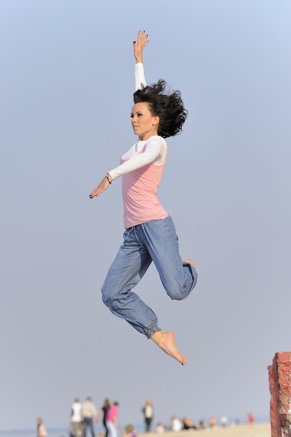 Springend jong meisje stock fotografie
