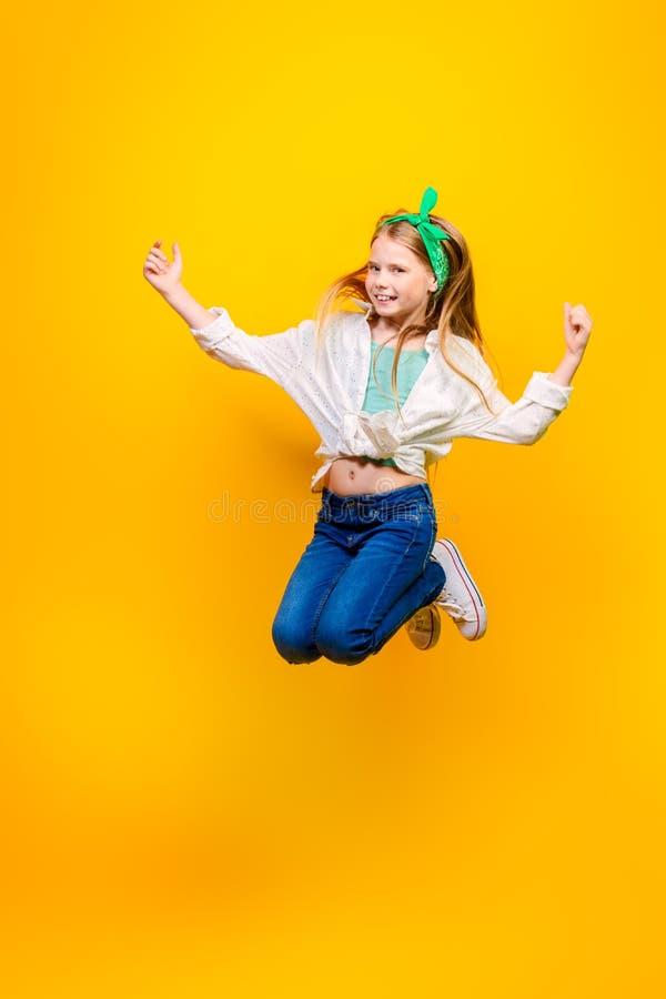Springend vrolijk meisje stock afbeeldingen
