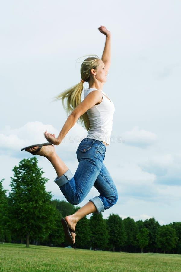 Springende Frau. lizenzfreies stockbild