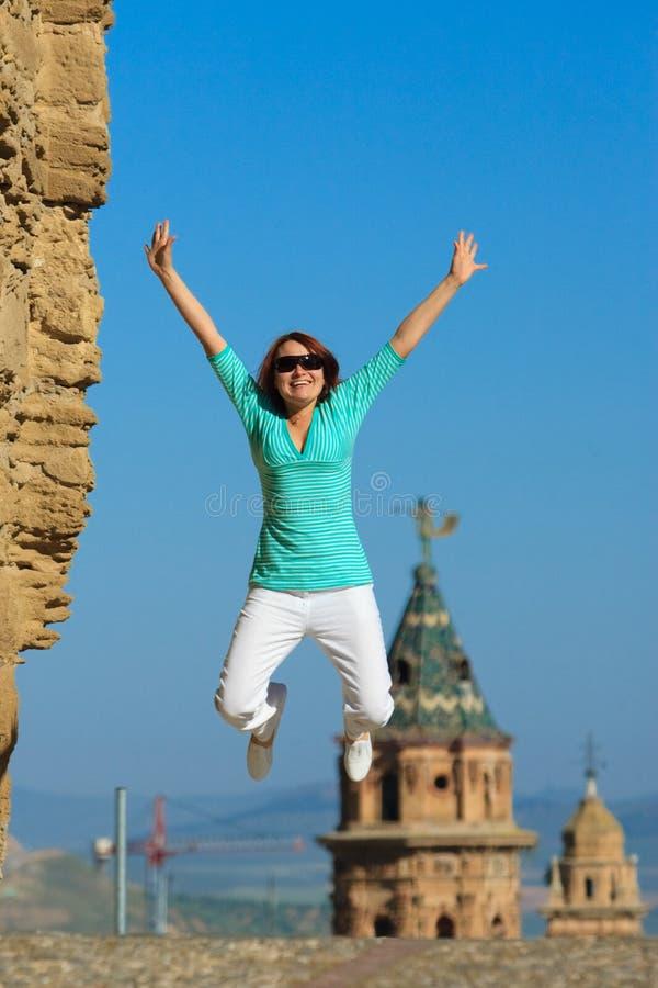 Springende gelukkige vrouw royalty-vrije stock foto
