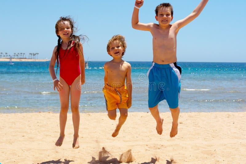 Springende Kinder stockfotografie