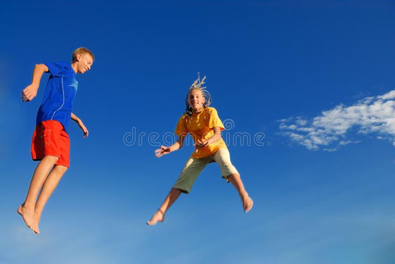 Springende Kinder lizenzfreies stockfoto
