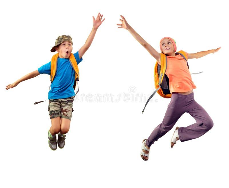 Springende kinderen die iets samen bereiken stock foto