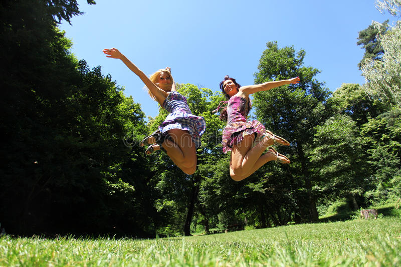 Springende Mädchen lizenzfreie stockfotos