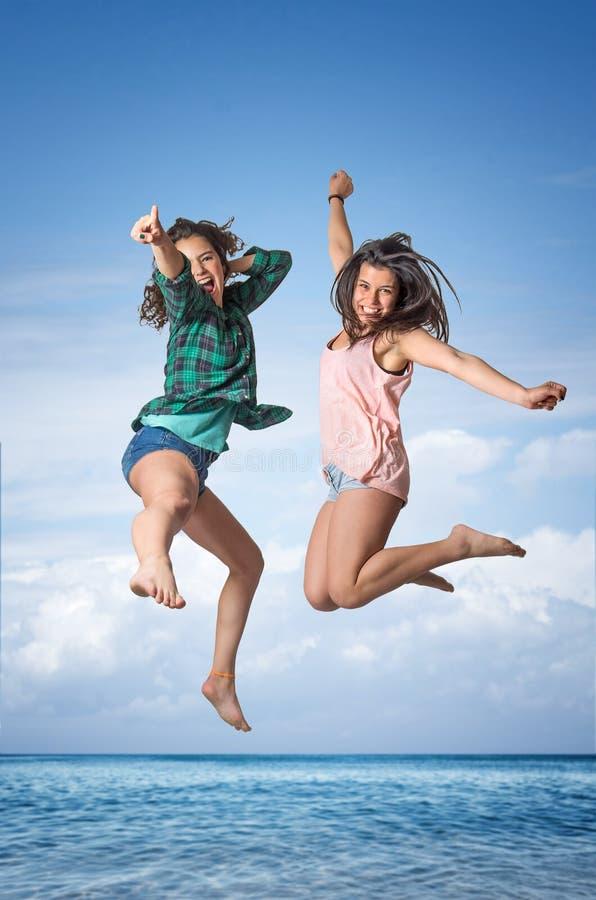 Springende meisjes royalty-vrije stock afbeelding