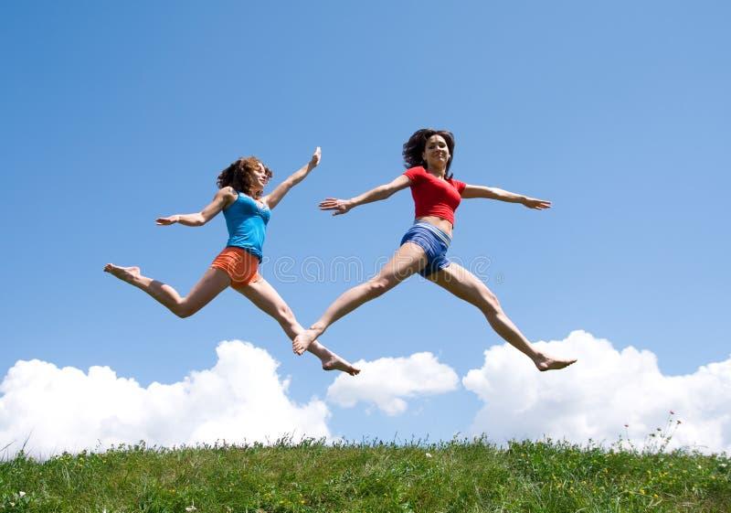 Springende meisjes royalty-vrije stock foto's