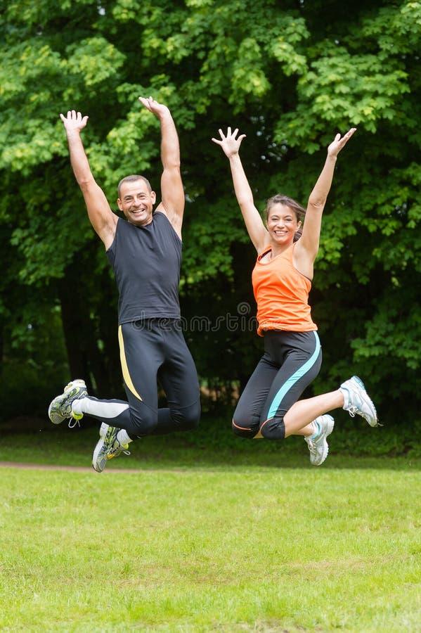 Springende Paare stockfotografie