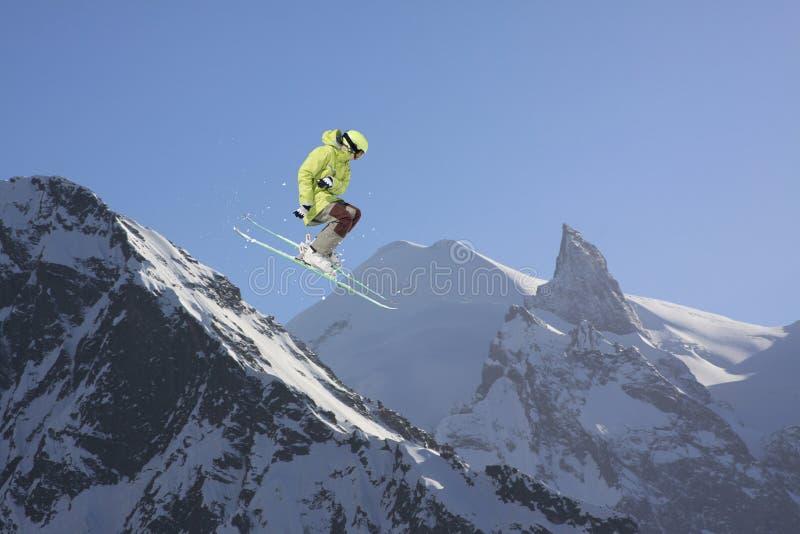 Springende skiër in bergen Extreme sport, freeride royalty-vrije stock afbeeldingen