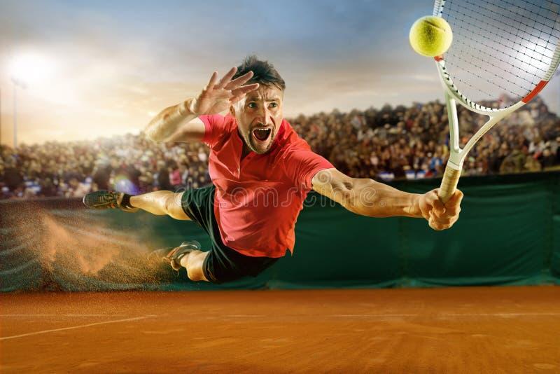 springende speler, Kaukasische geschikte mens, speeltennis op het aarden hof met toeschouwers stock foto