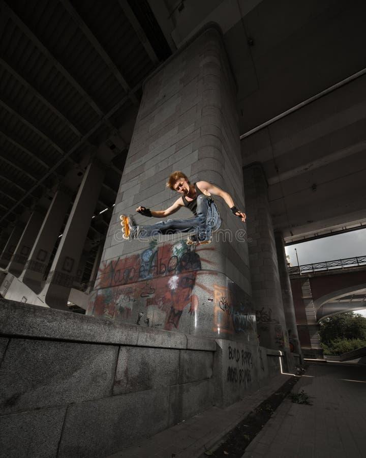 Springender Rollerskater lizenzfreie stockbilder