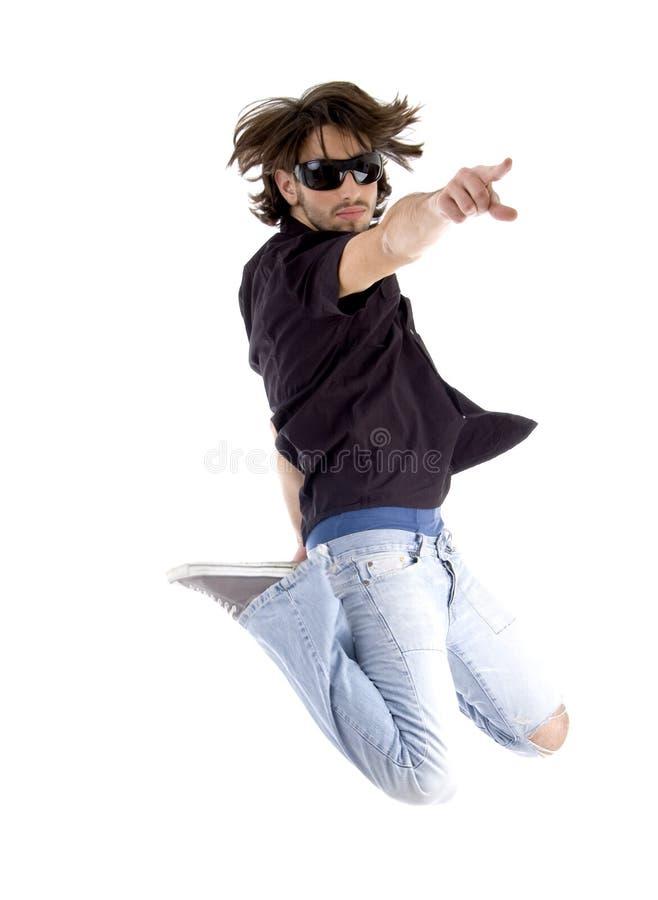 Springender stattlicher Mann, der Sie zeigt lizenzfreie stockfotos
