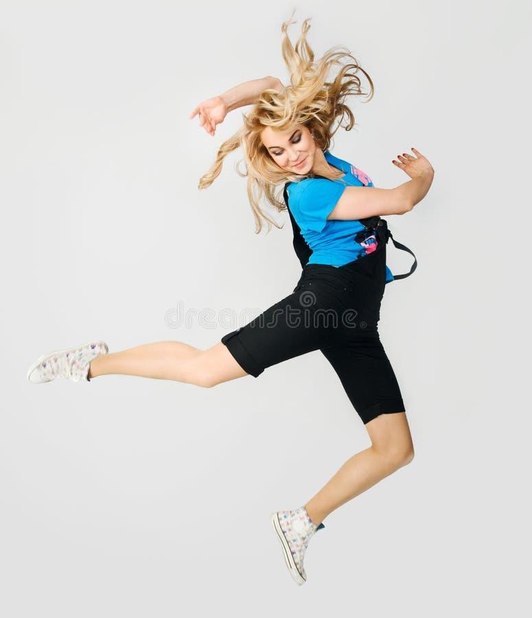 Springendes blondes Mädchen lizenzfreie stockfotos