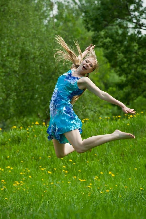 Springendes jugendlich Mädchen lizenzfreie stockbilder