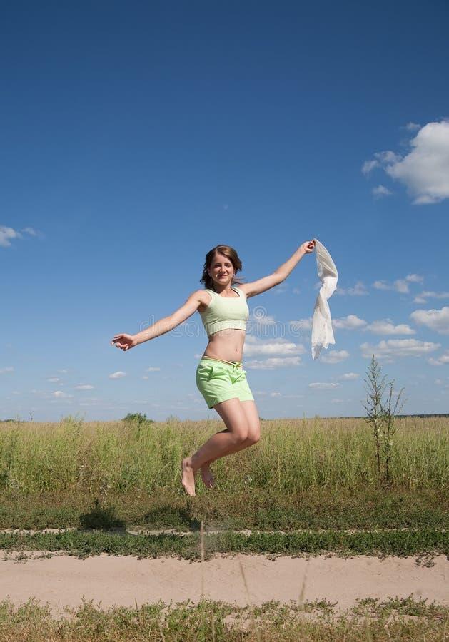 Springendes langhaariges jugendlich Mädchen stockbilder