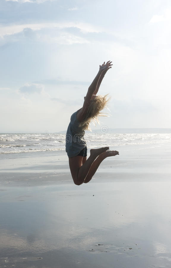 Springendes Mädchen lizenzfreie stockbilder