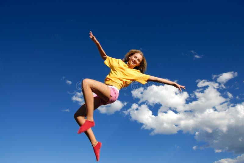 Springendes Mädchen im Himmel lizenzfreies stockbild