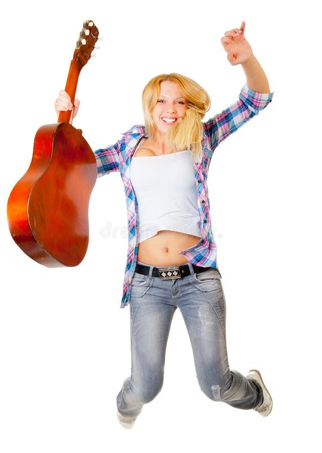 Springendes Mädchen mit Gitarre lizenzfreies stockbild