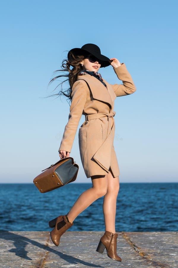 Springendes Modemädchen lizenzfreie stockfotografie