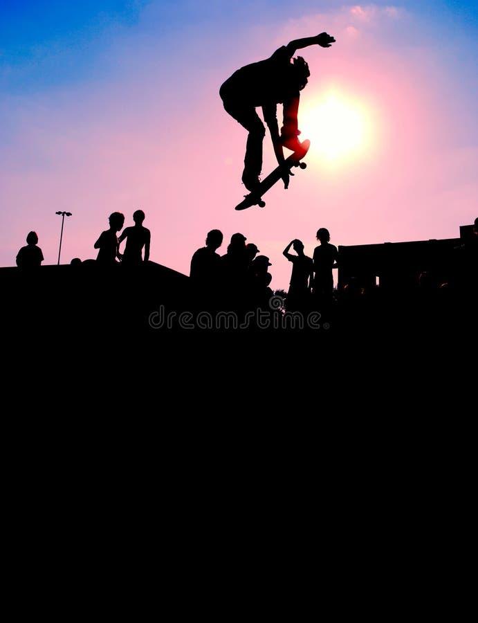 Springendes Skateboardfahrerschattenbild lizenzfreies stockfoto