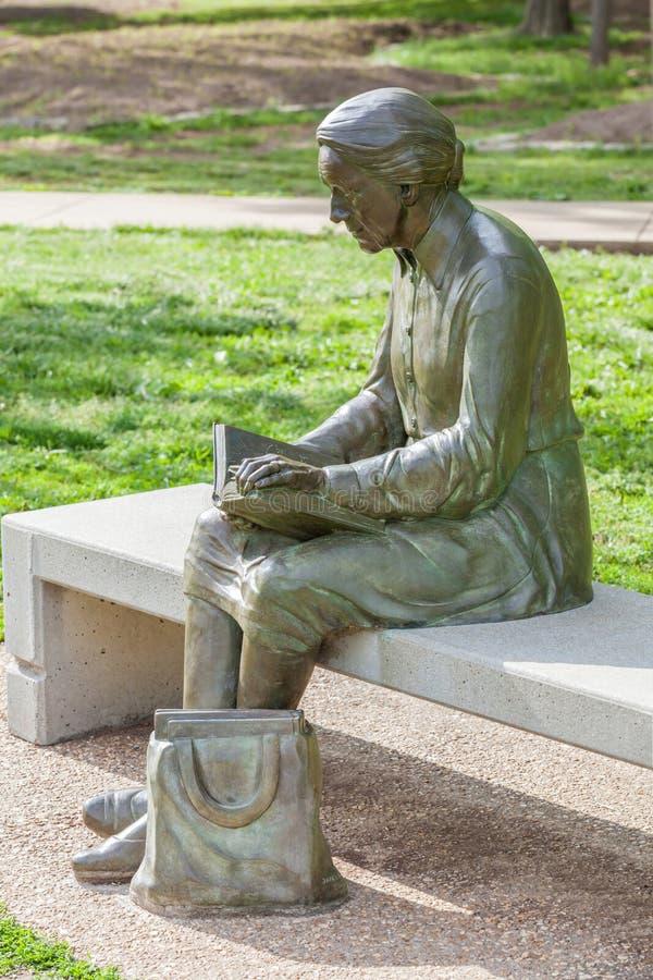 Springfield Missouri, EUA 18 de maio de 2014 Estátua da mulher da leitura dentro foto de stock