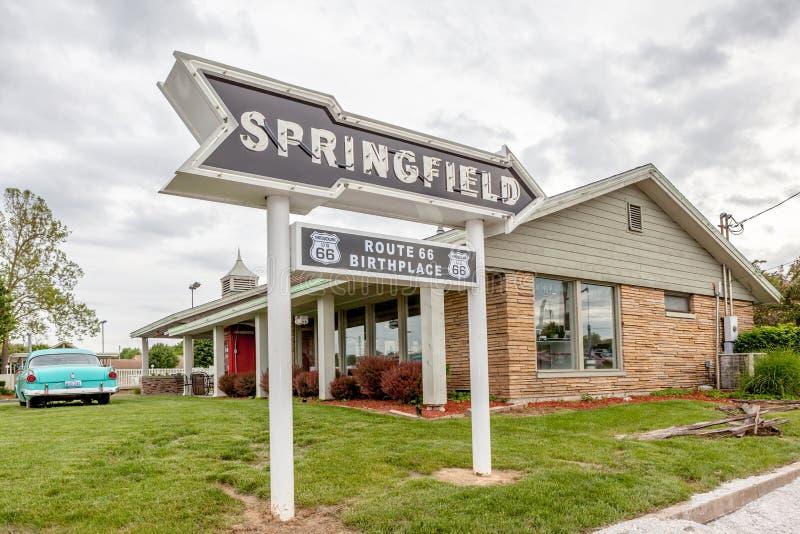 Springfield Missouri, EUA 18 de maio de 2014 Seta da estrada de Springfield fotos de stock
