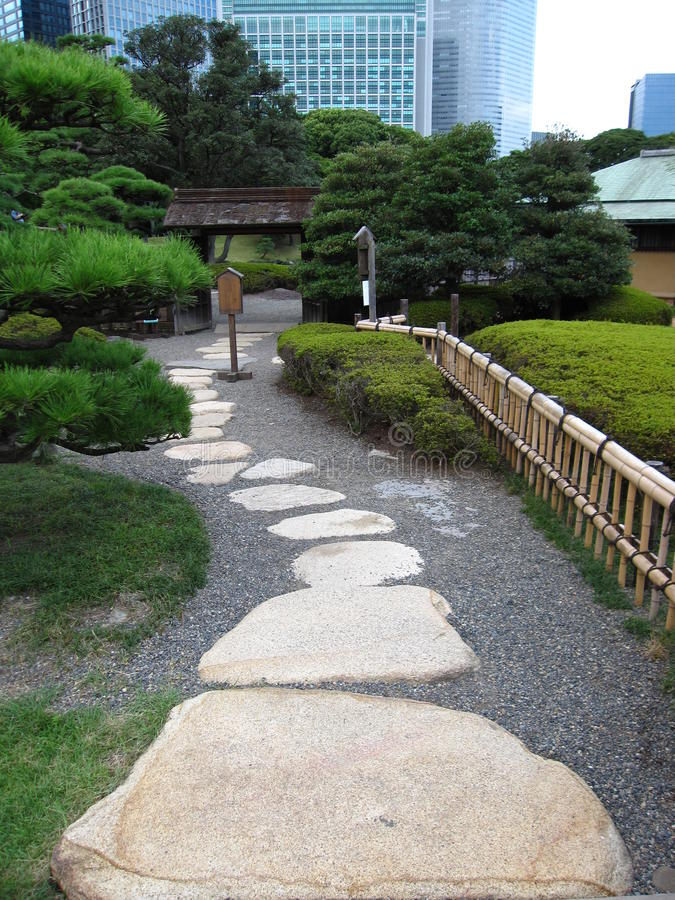 Springplankweg in een traditionele Japanse tuin van Tokyo stock afbeeldingen