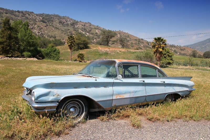 SPRINGVILLE, ΗΝΩΜΕΝΕΣ ΠΟΛΙΤΕΊΕΣ - 12 ΑΠΡΙΛΊΟΥ 2014: 1960 Buick Invicta που σταθμεύουν σε Springville, Καλιφόρνια Ο κατασκευαστής  στοκ εικόνα