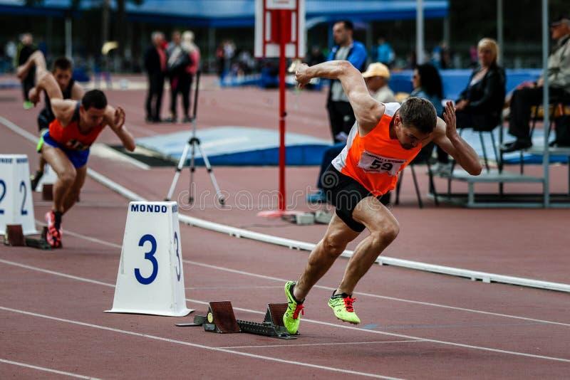 Sprinter που αφήνει τους αρχικούς φραγμούς στην τρέχοντας διαδρομή στοκ φωτογραφίες με δικαίωμα ελεύθερης χρήσης
