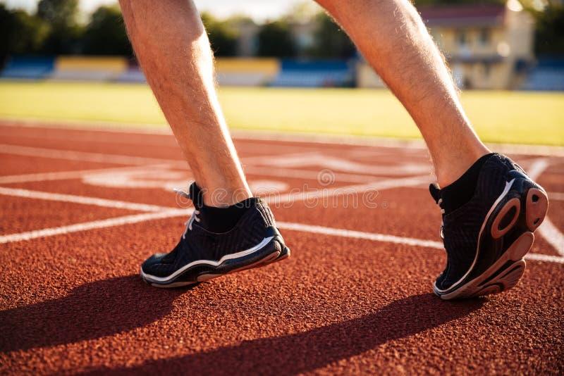 Sprinter που παίρνει έτοιμο να αρχίσει μια άσκηση στοκ εικόνες με δικαίωμα ελεύθερης χρήσης