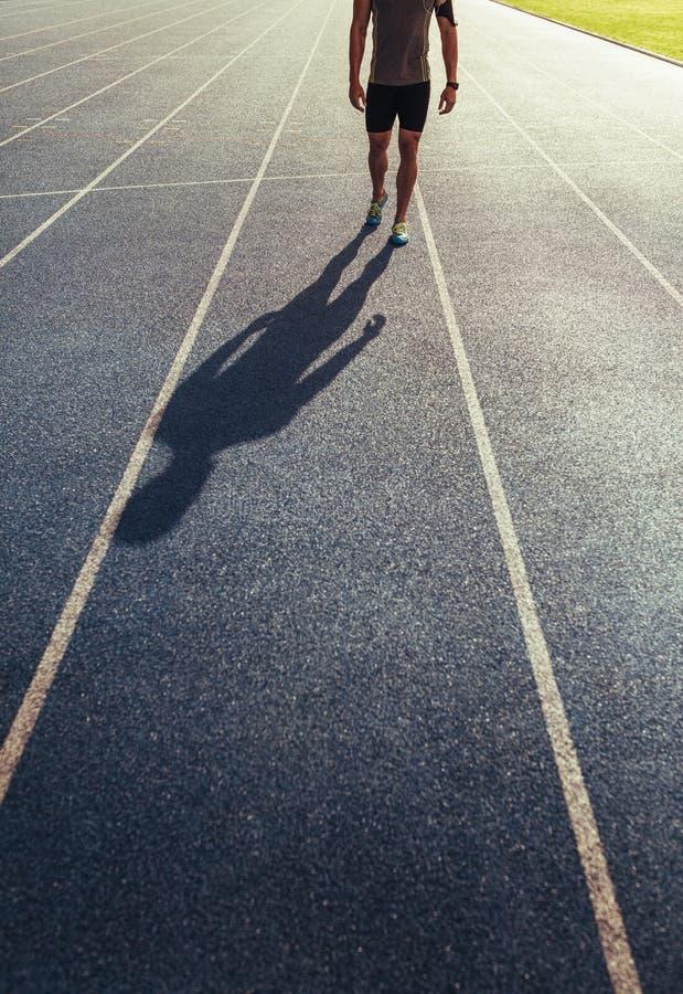 Sprinter που περπατά στο τρέξιμο της διαδρομής στοκ φωτογραφία