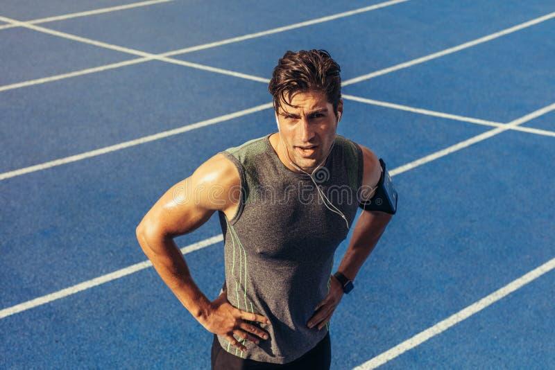 Sprinter που στέκεται στο τρέξιμο της διαδρομής στοκ φωτογραφίες με δικαίωμα ελεύθερης χρήσης