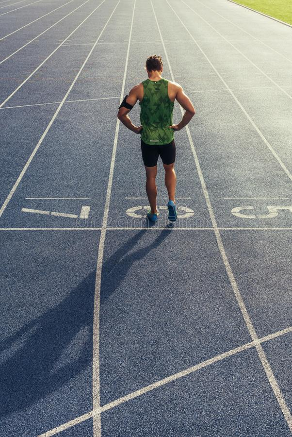 Sprinter που στέκεται στο τρέξιμο της διαδρομής στοκ εικόνα με δικαίωμα ελεύθερης χρήσης
