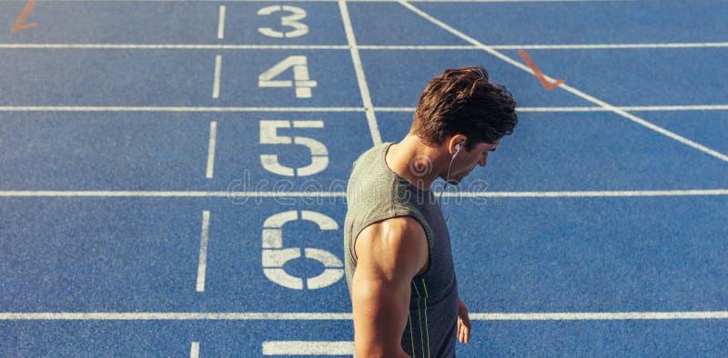 Sprinter που στέκεται στο τρέξιμο της διαδρομής στοκ φωτογραφία με δικαίωμα ελεύθερης χρήσης
