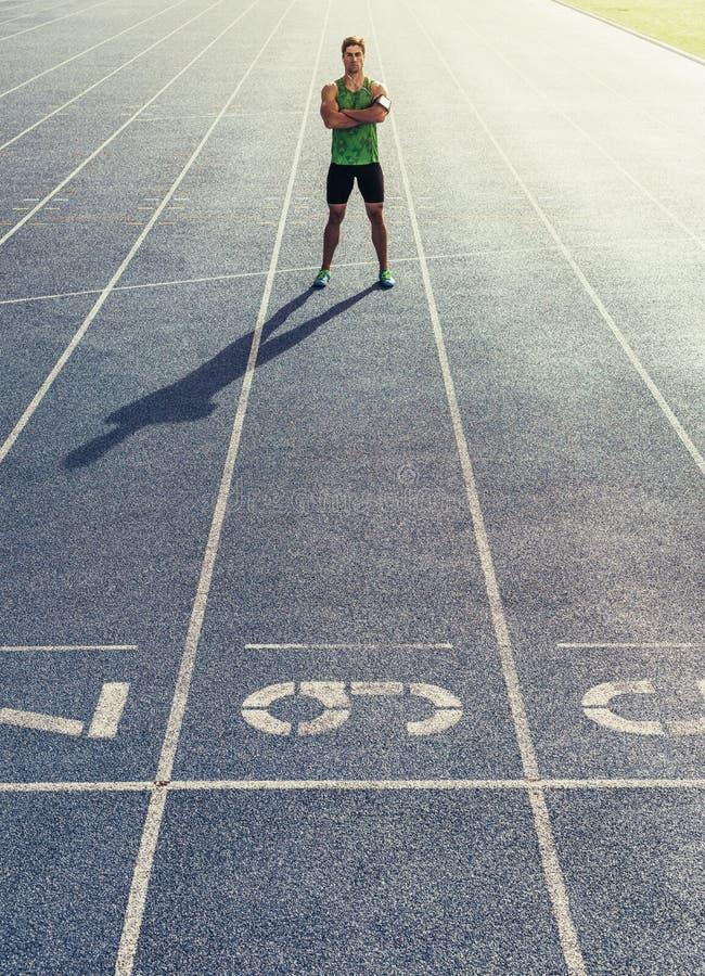 Sprinter που στέκεται στο τρέξιμο της διαδρομής στοκ εικόνες με δικαίωμα ελεύθερης χρήσης