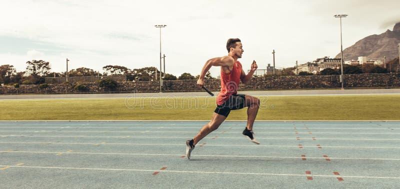 Sprinter που τρέχει στη διαδρομή σε ένα στάδιο στοκ εικόνα