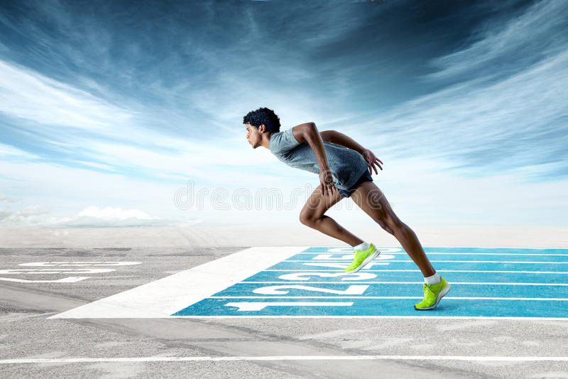 Sprinter στη διαδρομή που κλίνει προς τα εμπρός στοκ εικόνες
