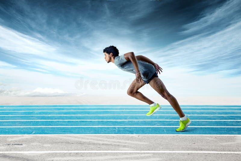 Sprinter στη διαδρομή που κλίνει προς τα εμπρός στοκ εικόνα