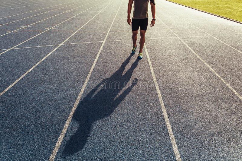 Sprinter, der auf Laufbahn geht lizenzfreie stockbilder