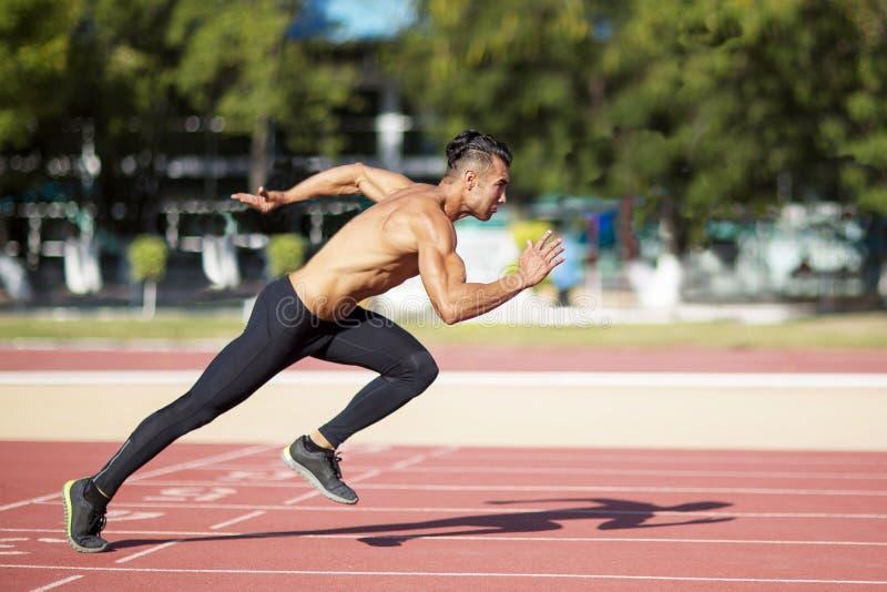 Sprinter die op de renbaan weggaan royalty-vrije stock foto