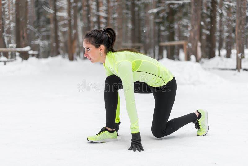 Sprinter folâtre de femme d'athlète prêt à fonctionner attendant la forme physique de position courante de début, sport, s'exerça photo libre de droits