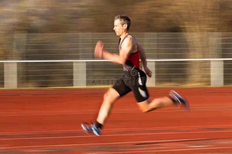 Sprinter op spoor en gebied royalty-vrije stock foto