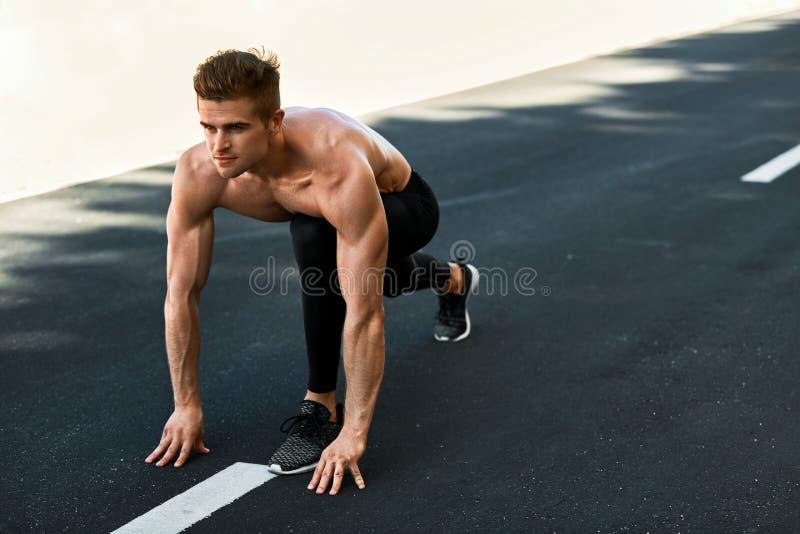 Sprintermens op Begin, Klaar in openlucht te lopen Lopende sporten stock afbeelding